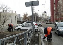 Снег почти сошел, и сейчас основные работы направлены на подбор вытаявшего мусора