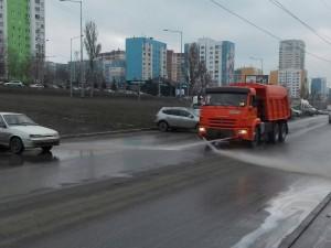 Помыли проезжую часть по дублеру улицы Ново - Садовой.