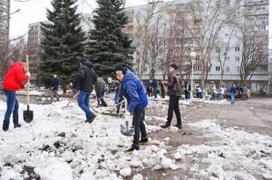 На данный момент основные работы в рамках месячника проводятся по вывозу снежных накоплений, откачке талых вод и подбору крупного мусора на центральных улицах.