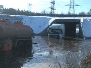 Под мостом в Поволжском вновь буксировали большегруз