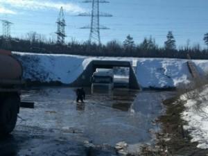 Двигатель тягача залило водой, водитель обратился за помощью к спасателям.