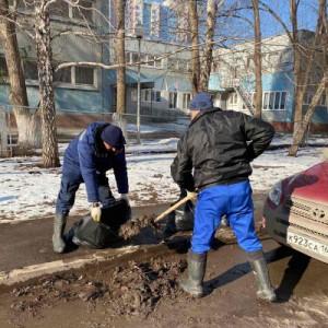 Сейчас коммунальные службы по плану ворошат оставшийся снег и вывозят его на полигоны, очищают от вытаявшего мусора дороги и тротуар.