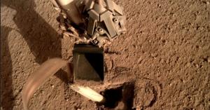 В NASA починили посадочный аппарат InSight на Марсе
