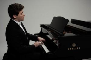 Денис Мацуев открыл в пятницу серию концертов без зрителей в Московской филармонии из-за ситуации с коронавирусом.