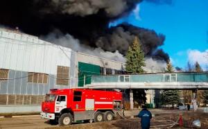 Тушение пожара продолжается внутри здания и в подвале.