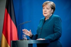 Меркель сообщили о том, что у делавшего ей в пятницу прививку врача обнаружили коронавирус.