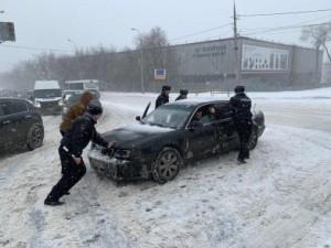 Личный состав самарского гарнизона полиции в связи со сложными погодными условиями в регионе переведен на службу в усиленном режиме.