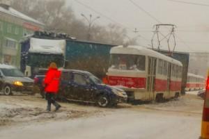 В Самаре столкнулись фура и трамвай