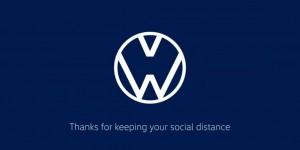 С помощью измененных логотипов автокомпании хотят призвать людей соблюдать дистанцию во время эпидемии не менее 1 метра.