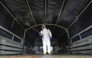 На их вооружении мобильные комплексы дезинфекции и мобильные же лаборатории, которые позволяют в кратчайшие сроки определять возбудителя инфекции.