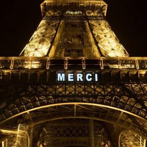 Также на символе столицы Франции появились слова благодарности медикам.