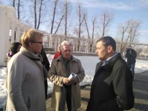 Александр Хинштейн с главой города и представителями архитектурной общественности выехали в Струковский сад и рассмотрели варианты места расположения композиции.