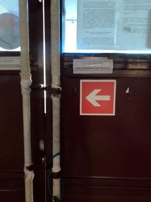 Ручки входных дверей Губернского рынка в Самаре обмотали бинтами