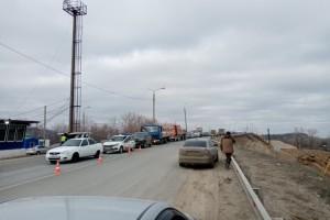 На въездах в Самару образовались огромные пробки из-за карантина Проверяют все машины.