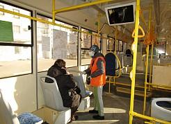 Общественники ведут разъяснительную работу с населением в транспорте и на улицах города.