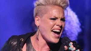 Певица пожертвовала миллион долларов в фонды помощи в борьбе с пандемией COVID-19.