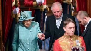 Такие обращения к нации королева делает исключительно редко, только в кризисные моменты истории.