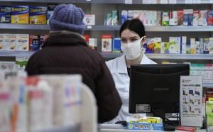 Кабмин также ограничил возможности торговцев увеличивать цены на медицинские маски, перчатки и респираторы. За нарушение правил торговли ими обещают наказывать.