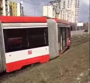 В Самаре около ТЦ Апельсин трамвай сошел с рельсов