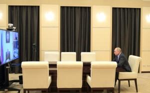 В качестве примера глава государства привёл Москву, где риск заразиться гораздо выше, однако повсеместного закрытия предприятий не происходит.