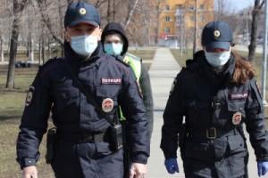 Полицейские проверяют местонахождение граждан, которым предписано соблюдать необходимые меры в связи с распространением коронавирусной инфекции.