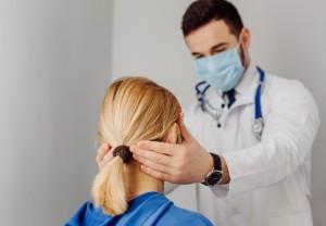Раннее начало лечения обеспечивает более легкое течение коронавирусной инфекции, поэтому терапию следует назначать в первые 48 часов после появления симптомов.