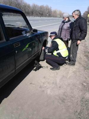 Сотрудники Госавтоинспекции Самарской области оказали помощь повредившим колесо