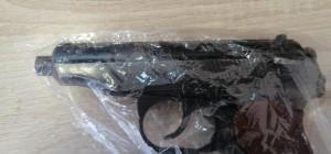 В Волжском районе мужчина незаконно перевозил в салоне автомобиля пистолет