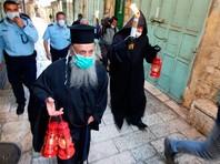 Из-за карантина по коронавирусу в храме присутствовали лишь около десяти священников, представляющих различные христианские конфессии.