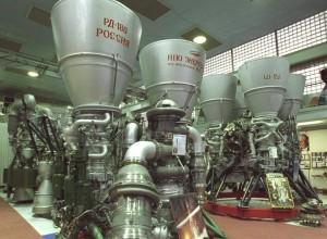 В конце 1990-х годов правительство США попросило компанию закупать двигатели РД-180 для ракет Atlas, чтобы российские технологии не попали в КНДР и Иран.