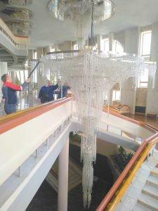 В Самарской филармонии сняли на фото мытьё люстр легендарного Хрустального фойе.