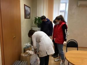 Волонтеры привезли медикам чай, кофе, сахар, лимонад, воду и сладости.