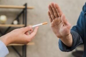 Эпидемиолог заявила, что, согласно исследованию, у курильщиков риск развития симптоматической или тяжелой формы SARS-CoV-2 ниже в четыре-пять раз.