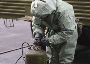 Военнослужащие проводят специальную обработку пансионата, используя дегазационные комплекты войсковые ДКВ-1 и авторазливочные станции АРС-14КМ.