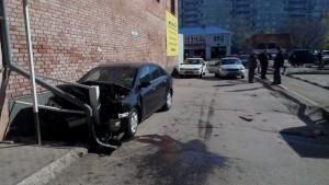 В Тольятти автомобилистка без прав сбила пешехода и врезалась в крыло дома
