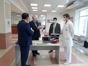 В медицинское учреждение доставили один аппарат для искусственной вентиляции легких швейцарского производства, 6000 тысяч масок-респираторов и 900 защитных очков.