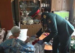 В Самарской области военнослужащие поздравили вдов фронтовиков с наступающим Днём Победы