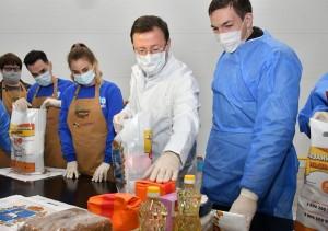 Губернатор помог им собрать продуктовые наборы для пожилых жителей СО, которые сейчас находятся на самоизоляции из-за пандемии.