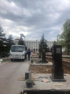 Работы выполнил скульптор — монументалист Денис Стретович, известный как создатель церковных архитектурных проектов на территории России, ближнего и дальнего зарубежья.