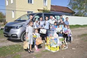 Также подарки от главы региона получили все 13 детей, которых воспитывают супруги.