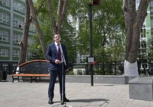 Дмитрий Азаров поздравил работников связи с Днем радио