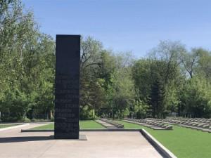 Всего на территории общественных муниципальных кладбищ расположено 126 объектов, увековечивающих память о 528 погибших при защите Отечества.