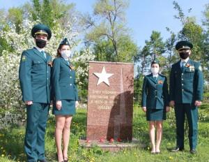 Молодежь и ветераны Самарской таможни по традиции вышли на уборку аллеи, посаженной участниками войны в честь 35-летия Победы.
