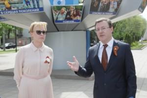 Елена Лапушкина вместе с Дмитрием Азаровым возложили цветы к вечному огню и горельефу скорбящей Матери-Родине на площади Славы.