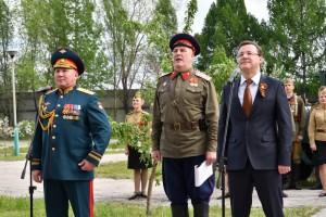Дмитрий Азаров и Андрей Колотовкин поздравили ветеранов с праздником, а солисты ансамбля «Волжские казаки» исполнили для героев песни военных лет.