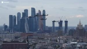 В нём главный авиапарад страны в небе над Москвой.
