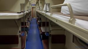 При оформлении проездных документов в купейные вагоны поездов дальнего следования пассажиры размещаются не более двух человек в купе.