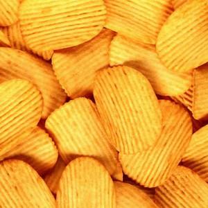 Россиян предупредили о высоком риске заражения COVID-19 через чипсы и орешки