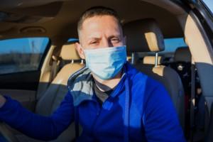Сотрудники Госавтоинспекции продолжают предоставлять государственную услугу по выдаче и замене водительских удостоверений.