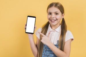 Дети бесплатно получили смартфоны с выходом в интернет, которые позволят получить доступ к дистанционному обучению.